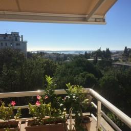 Smakfullt inredd lägenhet med stor terrass för soldyrkaren