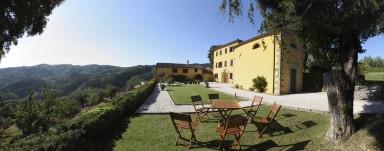 Stor exklusiv villa med pool med pittoreskt läge i Toscana