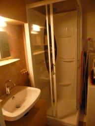Lavabo et cabine de douche