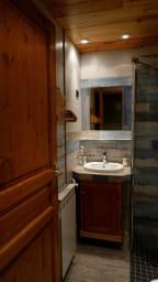 La salle de bain avec douche.