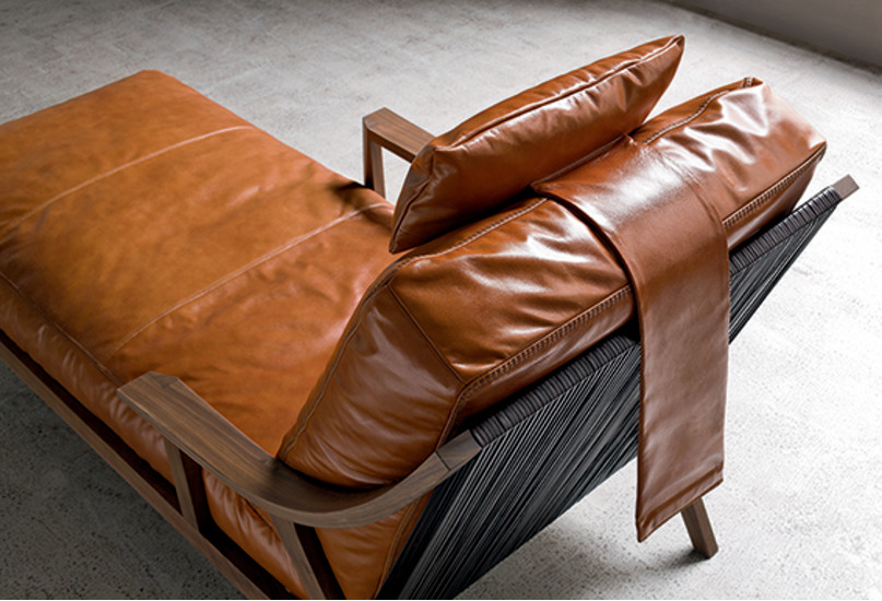 Jonny: Chaise longue upholstered in fabric or leather