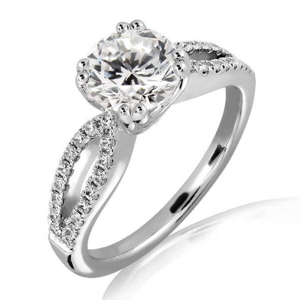 แหวนทอง 18K ประดับเพชร น้ำหนักรวม 0.50 กะรัต ค่าสี E ค่าความสะอาด VVS2