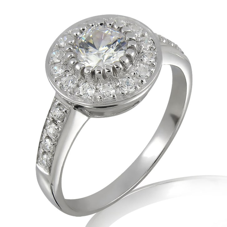 แหวนทอง 18K ประดับเพชร น้ำหนักรวม 0.50 กะรัต ค่าสี F ค่าความสะอาด VS2