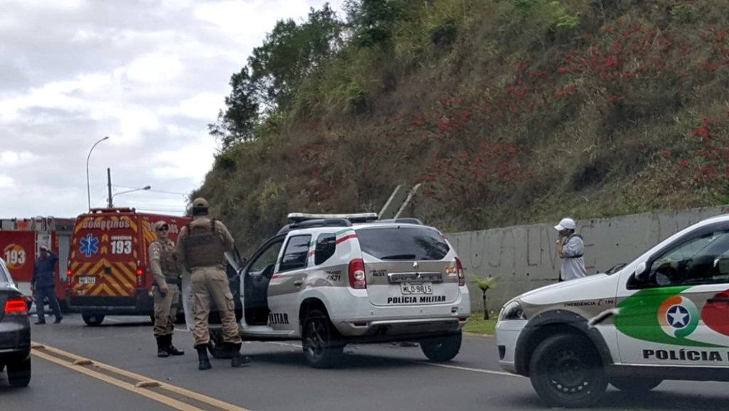 Pane de veículo provoca acidente no Acesso Adolfo Zigelli