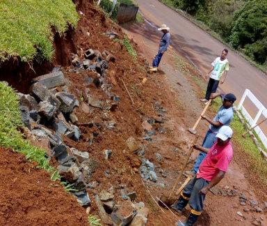 Chuva faz muro desabar e Casa de Acolhida Coração de Rua precisa de ajuda para reconstruir a estrutura