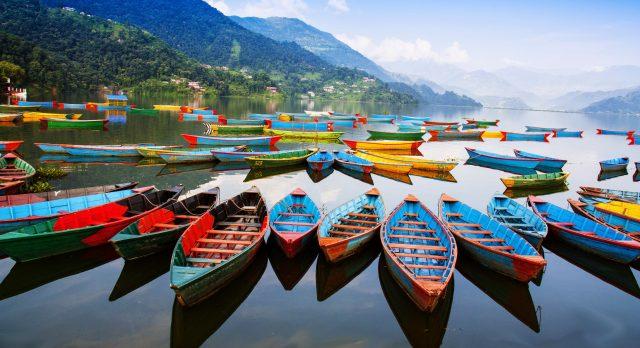 Boote auf einem Bergsee in Nepal