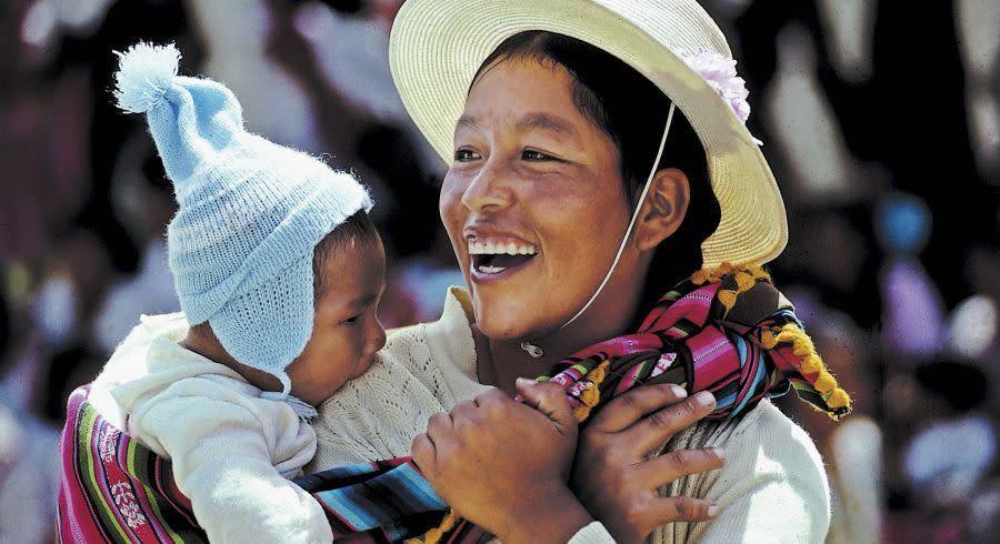 Traditionell gekleidete Bolivianerin mit Baby