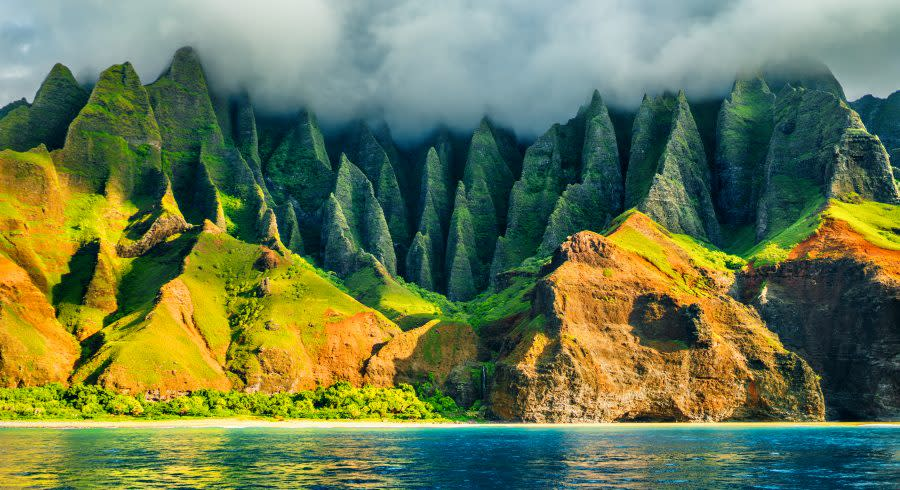 Na-Pali-coast-Kauai-Hawaii-view-from-sea-sunset-cruise-tour.-Nature-coastline-landscape-in-Kauai-island-Hawaii-USA.-Hawaii-travel.