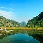 Kanu auf Fluss im Gebirge von Vietnam