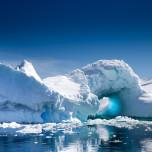 Blau-weiße Schneelandschaften und Eisberge