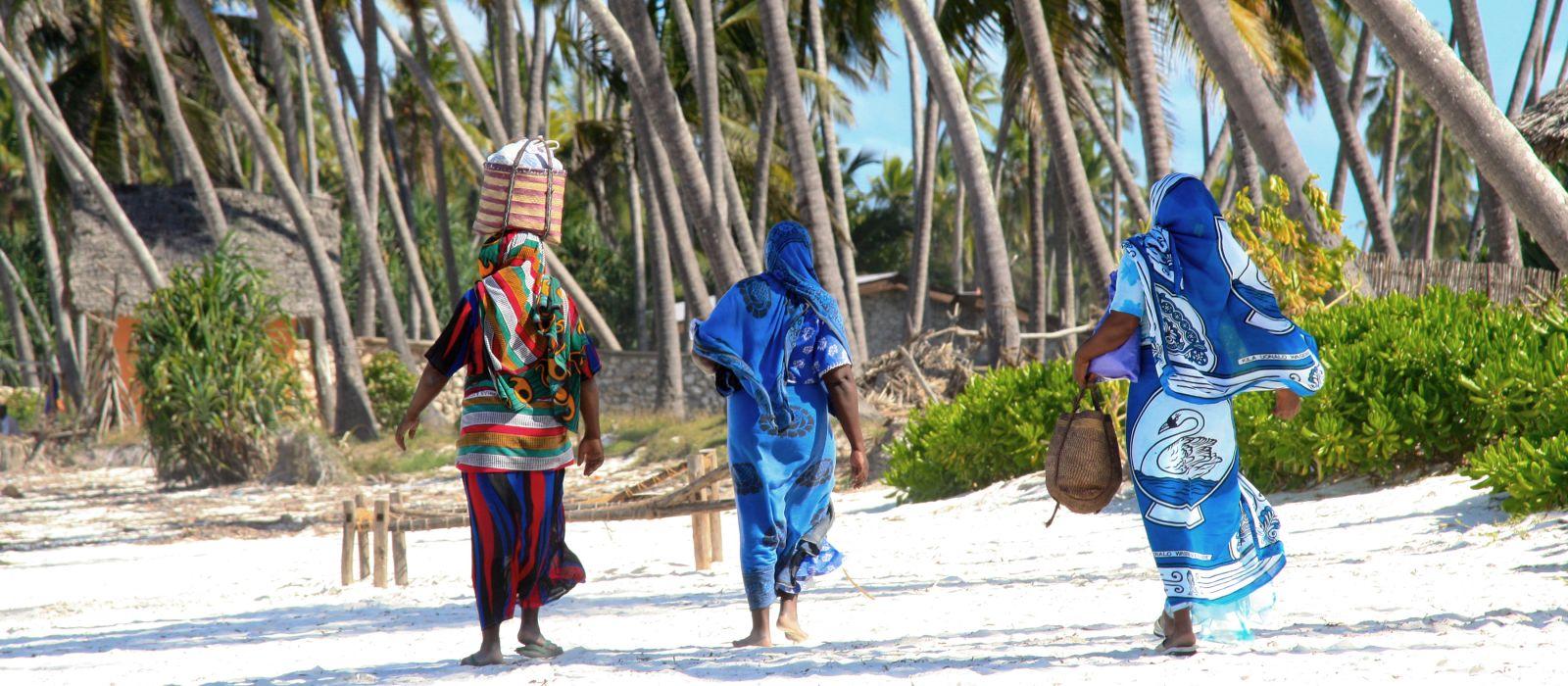 Sansibar Frauen am sandigem Strand, Tansania, Afrika