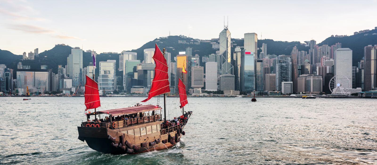 Panoramablick auf ein traditionelles chinesisches Holzsegelschiff mit roten Segeln, Hongkong Inseln, Asien