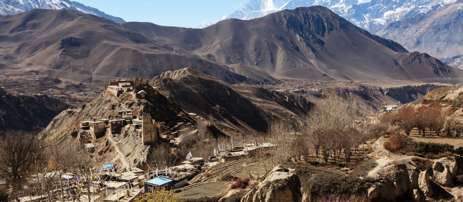 Asiatisches Bergdorf und Terrassenfelder im Herbst in Lower Mustang, Nepal, Himalaya, Annapurna Naturschutzgebiet