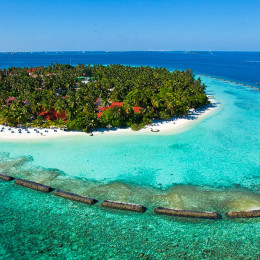 Insel Kurumba im Wasser der Malediven