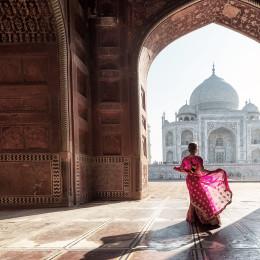 Frau steht vor dem Taj Mahal, Agra, Indien