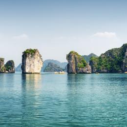Azur Wasser der Halong Bay am Golf von Tonkin des Südchinesischen Meeres, Vietnam, Asien