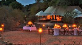 Abendessen im Freien im Hamiltons Tented Camp, Zentral Krüger in Südafrika