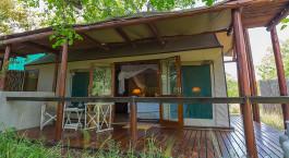 Außenansicht eines Gästezeltes im Thornybush Chapungu Luxury Tented Camp, Zentral Kruger in Südafrika