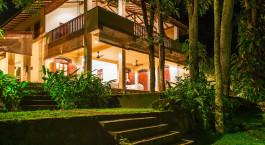 Außenansicht mit Treppen des The River House in Balapitiya, Sri Lanka