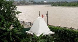 Enchanting Travels - India Tours - Hotel Ganga Kinare -river