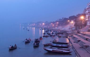 Ruderboote in der Dämmerung auf dem Ganges in Varanasi, Indien