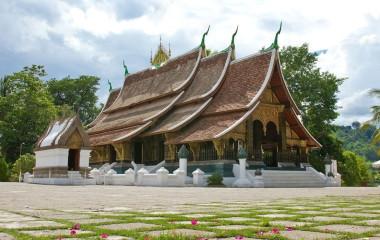Frontansicht des Tempels Wat Xieng Thong mit traditioneller Dachkonstruktion in Laos, Südostasien