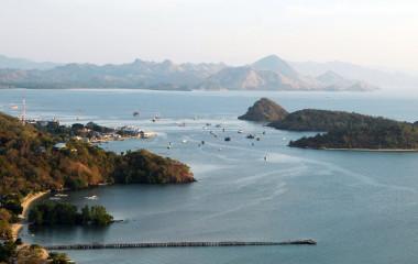 Blick von oben auf die Bucht von Labuan Bajo in Indonesien mit Hafen, Inseln und Gebirge