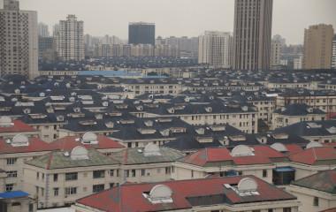 Ein Meer aus gleichförmigen Häuserdächern in Shanghai, China