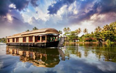 Hausboot auf Wasserstraßen in Kerala, Indien
