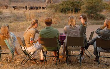 Familie beobachtet die Elefanten im Jongomero in Ruaha, Tansania