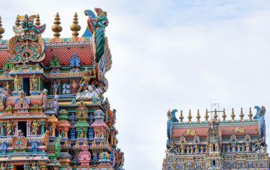 Bunte Tempelschnitzereien in Madurai