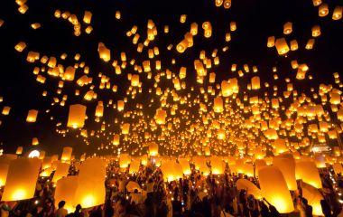 Unzählige Laternen steigen beim Thadingyut Lichterfest in Myanmar in die Dunkelheit auf