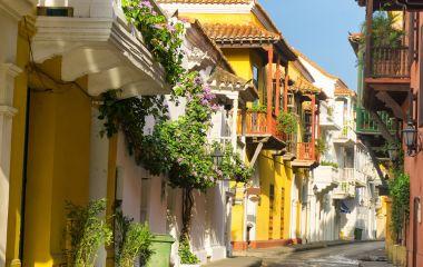 Farbenfrohe Häuser in Cartanega Kolumbien