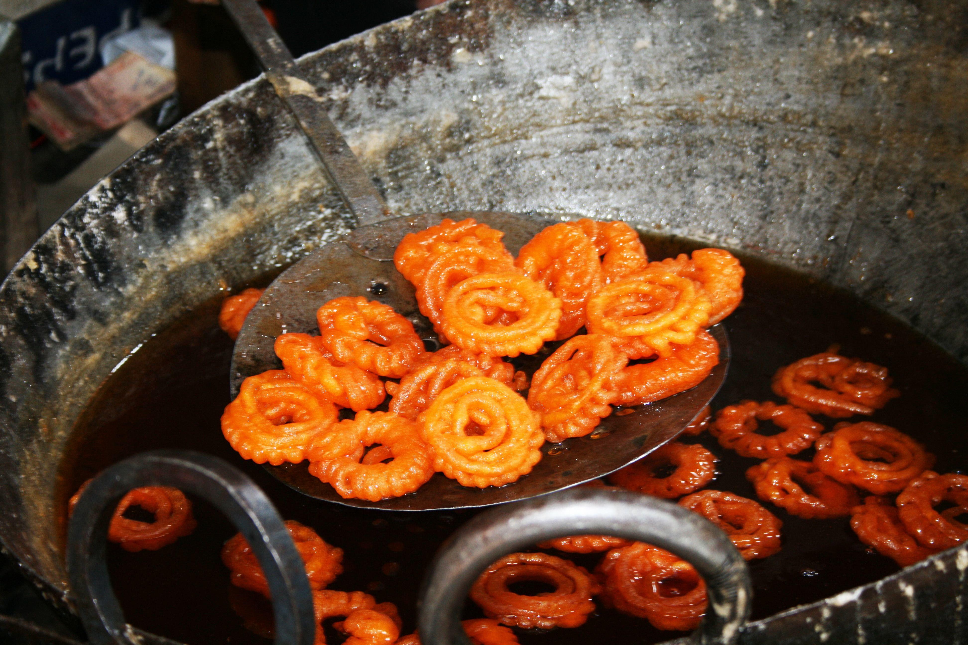 Jalebi an einem Street Food Stand auf Indienreisen
