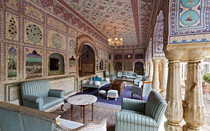 Lounge des Samode Palace unter aufwändig verzierten Bogengängen, Nordindien