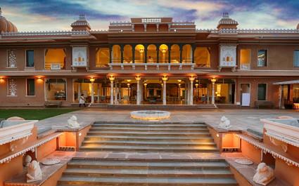 Eingang mit breiter Treppe des Hotels Fateh Garh in Indien