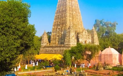 Pyramidenförmiger Mahabodhi-Tempel vor blauem Himmel in Bodhgaya, Indien