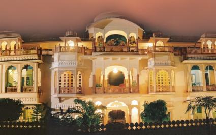 Abendlich ausgeleuchtete Fassade des Shahpura House in Jaipur, Nordindien