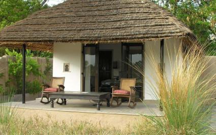 Terrasse mit Schaukelstühlen im Hotel Khem Villas, Indien