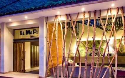 Abendlich beleuchteter Eingangsbereich des El Mapi Hotels bei Machu Picchu in Peru