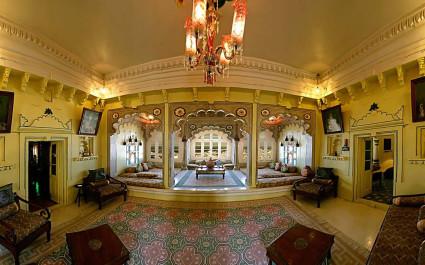 Lobby mit Sitzbereichen im Hotel Deogarh Mahal, Indien
