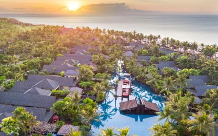 Vogelperspektive auf das St. Regis Bali Resort Hotel in Nusa Dua, Indonesien