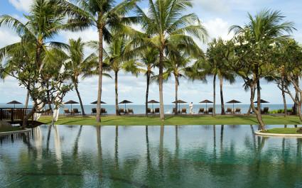 Hauptpool des Samaya Seminyak Bali unter Palmen
