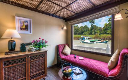 Luxuriöse Kabine der Anawrahta mit Chaiselongue und großem Fenster mit Blick auf den Fluss, Myanmar