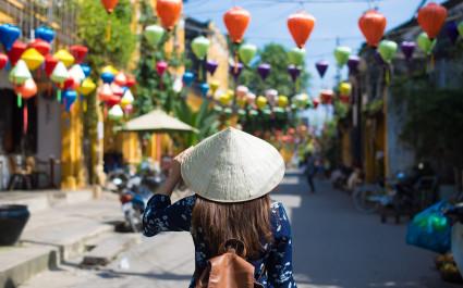 Frau trägt einen asiatischen Hut