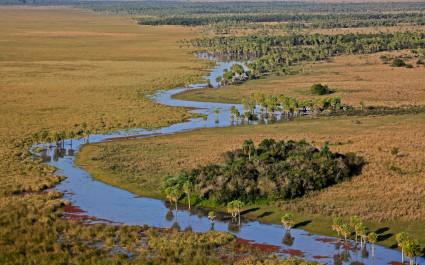 Luftaufnahme von einem sich schlängelnden Fluss in Esteros del Iberá, Argentinien