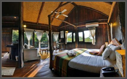 Komfortables Safari-Baumhauses mit Schlafzimmer und Bad im Bandhavgarh-Nationalpark, Indien
