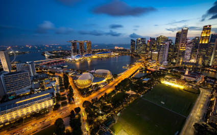 Luftaufnahme von Singapur bei Dämmerung