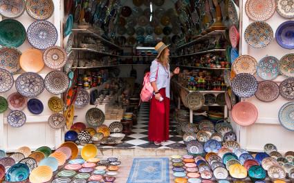 Touristin steht in einem Laden für handgefertigte Keramik in Marokko