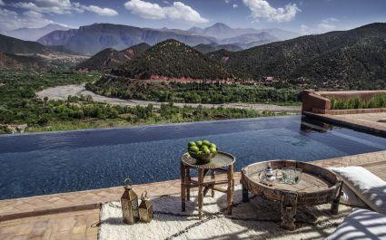 Infinity Pool mit Blick auf Hohen Atlas, Marokko
